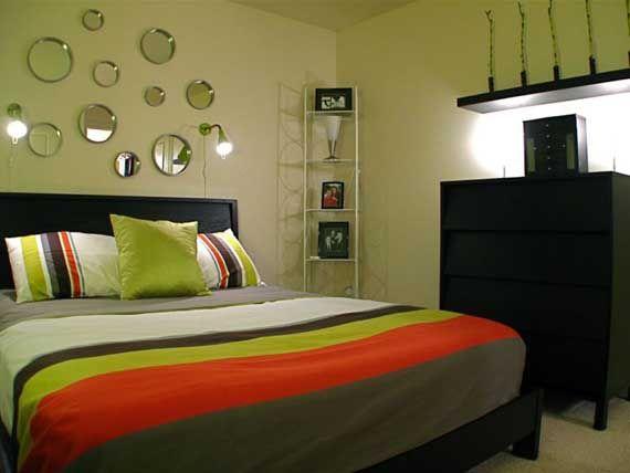 Спальня з зеленими стінами