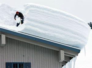 Як прибрати сніг на даху, очищення та прибирання снігу з даху будинку або дачі.