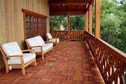 Веранда з дерев`яною підлогою