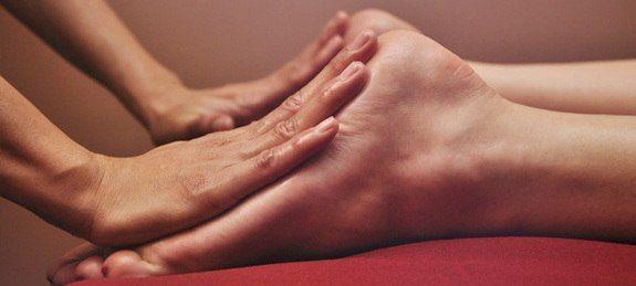 Масаж стоп знімає втому і укріплює здоров`я