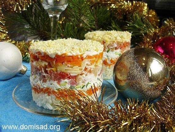 Новорічний листковий салат з червоною рибою - новий рецепт з фото.