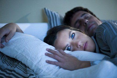 Шкідливо спати поруч з телефоном