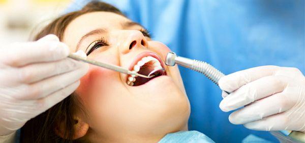 Проведення чистки зубів ультразвуком