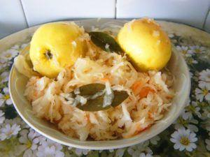 Перевірені рецепти квашеної капусти з яблуками