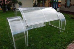 Будуємо самі: теплиця з дахом - переваги, технічні особливості, етапи складання