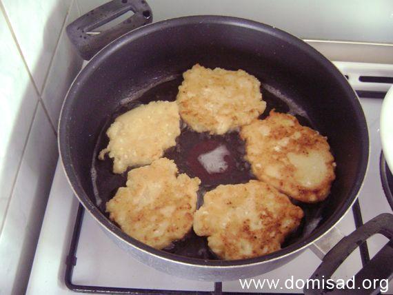 Обсмажуємо сирники в сковороді